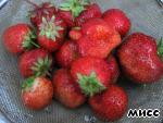 Take the strawberries, wash under running water.