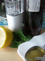 """Готовим маринад для лука из половины количества клубники, мёда, сока лимона, листьев мяты, бальзамического уксуса и приправы """"Смесь перцев""""."""