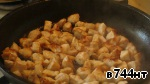 First, a breast of chicken freed from bones, cut into small cubes, fry in vegetable oil in a frying pan until Golden brown. The pan should be well heated, and the hen try to lay in a single layer to evenly roasted, but not the beginning to stew. Fry fast for 4-5 minutes maximum. Fried, put the chicken in a separate pan.