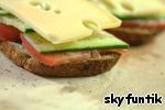 ... и выкладываем на овощи кусочки сыра