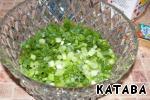 Нарезаем мелко зеленый лук. Зеленый лук - прекрасное средство для восполнения запаса витаминов. В луке содержатся витамины А, В и С, эфирные масла, а также кальций, железо, магний, фтор, сера и флавоноиды. 100 граммов зеленого лука содержат дневную норму витамина С для взрослого человека. Луковое перо, кроме того, содержит хлорофилл, что полезно для процесса кроветворения.