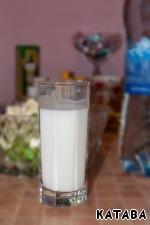 Теперь заливка. На одну порцию понадобится стакан заливки - треть стакана кефира разбавляем газированной минеральной водой.    Если минеральная вода соленая, то суп можно не солить.      Кефиру по праву можно вручить медаль за «доступность и сверхпользу». Этот напиток получают сквашиванием молока так называемыми кефирными грибками (это конгломерат полезных для здоровья человека микроорганизмов). Кефир содержит витамин А, нужный человеку для остроты зрения и здоровья кожи, а еще кальциферол - витамин D, без коего не происходит усвоение фосфора и кальция (считайте - нет крепких суставов и костей).   Кстати, в обезжиренном кефире этих веществ гораздо меньше, чем в жирном, поэтому не гонитесь за отсутствием калорий в ущерб здоровью! То, что желудочно-кишечный тракт просто ликует, когда вы вспоминаете, что пора утолить голод любимым кефиром, - не вызывает никаких сомнений. Ведь кисломолочный напиток оказывает на кишечник пробиотическое действие. Иными словами, благотворно влияет на состав его микроорганизмов, предотвращая развитие инфекций. Частое потребление кефира приводит к нормализации веса (на чем, собственно, и основана кефирная диета). Помимо этого он стимулирует иммунитет, помогает победить хроническую усталость. Кефир просто незаменим при нарушениях сна и проблемах с нервами. Он легко снимет напряжение, как мягкий релаксант расслабляет нервы и мышцы.