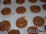 Вы можете это сделать при помощи ложки, разложить печенье на застеленный пекарской бумагой противень.