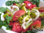 Mix the onions with tomatoes and beans, decorate with leaves of arugula. A simple and tasty salad is ready!