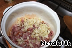 While fried bacon, finely chop the onion. And add it to the bacon.