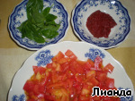 Tomatoes incise, pour over boiling water, peel, cut into medium-sized. Stew in vegetable oil 4-5 minutes to start to evaporate the juice. Then season with salt to taste, put the Basil leaves, and a spoonful of tomato paste to the sauce slightly thickens. A few minutes on the fire and ready!