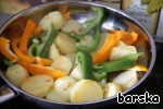 Add the prepared potatoes and sweet pepper, cut into thin strips. Give the vegetables to brown on all sides.