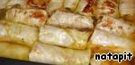Залить голубцы горячим овощным бульоном, сваренным из сельдерея моркови и репчатого лука, и, плотно закрыв фольгой, поместить в прогретую до 200 градусов С духовку, запекать 40 минут, при необходимости добавить ещё бульон. Ориентируйтесь на вашу духовку.