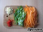 Carrots, green onions cut into thin strips, garlic finely shred, chili pepper remove seeds and finely grind them as well.