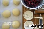 Для начинки:        Чёрная и красная смородина    Сахар (по вкусу)   Крахмал картофельный        Что делать:   Ягоды у меня свежезамороженные. Я их разморозила, оставила в дуршлаге на несколько часов, чтобы стёк лишний сок.   Затем к ягодам (примерно 1,5 стак.) я добавила 1 ст. л картофельного крахмала (где-то читала, что к ягодам нужно добавлять именно картофельный крахмал).   Тесто я замешивала в хлебопечке.