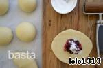 Итак, готовое тесто разделить на порционные шарики (у меня получилось из этого количества теста 12 пирожков). Поставить на небольшую расстойку, накрыть их полотенцем, оставить на 10 минут.