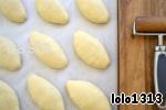 После раскатать каждый кусочек теста в лепёшку, на середину выложить ягодную начинку, сверху посыпать сахаром (по вкусу) и сформировать пирожок. Перевернуть пирожок швом вниз и подогнуть кончики под сам пирожок.    Пирожки оставить на небольшую расстойку, затем смазать взбитым с водой яйцом и выпекать при 210*С.