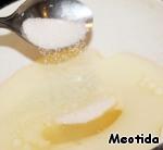 Масло с кефиром нагреваем и перемешиваем, чтобы смесь стала теплой и однородной, приправляем соль и сахар,