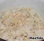 Вливаем масляно-кефирную смесь, перемешиваем ложкой,