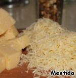 Сыр для начинки нарезаем крупными кубиками, для посыпки - трем на терке. и Нарезаем орешки.