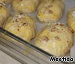 Верх булочек смазываем слегка взбитым желтком, посыпаем сыром и орехами.   Готовим в разогретой до 200С духовке минут 20.