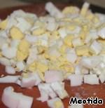 Для супа:   отвариваем кальмары: бросаем в кипящую, подсоленную воду кальмаров, варим ровно 4 минуты - вынимаем, промываем холодной кипяченой водой и нарезаем. (кальмары останутся мягкими и нежными),   нарезаем яйца,