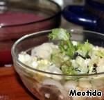 На дно миски кладем измельченный зеленыйлук с укропом, перетертые с солью, листья салата, сместь яблок с овощами и кальмарами,