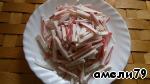 Крабовые палочки нарезать полосочками.