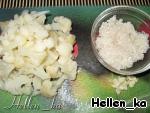 В кипящий бульон отправляем вышеперечисленные ингредиенты и варим 5-7 мин.   Тем временем цветную капусту разделим на соцветия, рис промоем, зубчик чеснока измельчим.