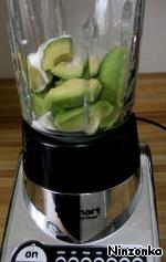 Сначала готовом суп. Авокадо очищаем и нарезаем на небольшие куски. Кладем в блендер авокадо, сметану, лимонный сок, соль по вкусу и немного воды. Перемешиваем до состояния кашицы. Постепенно добавляем воду (или бульон) и доводим до желаемой консистенции. Я люблю этот суп сделать погуще.