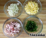 Now prepare the filling. Onion and parsley finely chop, bacon cut into small pieces, cut the corn grain.
