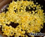 Добавляем кукурузу и жарим еще 3 минуты.
