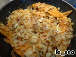 In a baking dish to put the goldfish on top of onion.