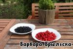 Подготовить ягоды: тщательно перебрать, промыть в холодной воде, обдать кипятком.