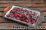 На тесто выложить ягоды, равномерно распределив по поверхности.