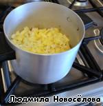 Сливочное масло распустить в сотейнике. Яблоко и кольраби потушить до мягкости 5-6 мин.