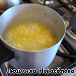 Влить бульон, варить 15 мин.