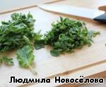 Петрушку и листья кольраби мелко нарезать.
