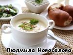 Крем-суп приправить солью, перцем и мускатным орехом, посыпать листочками кольраби и грецким орехом.