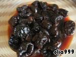 Чернослив замачиваем в чае на несколько часов. Если же чернослив очень мягкий, его замачивать не обязательно.