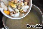 Через 2 минуты загрузим морской коктейль и после закипания сразу выключаем, вливаем соевый соус и посыпаем петрушкой.    Сразу же подавать.