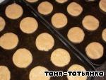 Готовое тесто раскатать в пласт толщиной 0,5 см и вырезать фигурки, которые выложить на смазанный противень и выпекать при 180 градусах 5-10 минут.