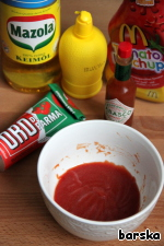 Filling: mix with a whisk the ketchup, tomato paste, lemon juice, vegetable oil and Tabasco.