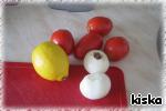 Помидоры, лук и лимон нарезать тонкими кружочками.