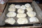 Щи будут еще вкуснее, если после приготовления дать им настояться под крышкой в течение часа. А мы пока печем булочки. Разделать тесто на несколько небольших шариков, выложить на смазанный маслом противень, смазать их яйцом и выпекать при температуре 180-200 градусов до готовности.