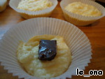 Выкладываем ложку теста в формочку, сверху - кусочек шоколада и закрываем сверху ещё ложкой теста. Отправляем в духовку при t 200 на 20 минут.