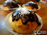 The finished cupcakes with melted chocolate, decorate with shavings. If the house was not chocolate, you can pour the glaze - 2 tbsp cocoa, 3 tbsp sugar, 1-2 tbsp milk or water and a tablespoon of butter to warm on low heat until the sugar dissolves, stirring constantly.