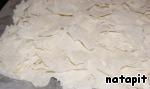 Каждый листочек теста фило разорвать на небольшие кусочки и высыпать на противень 30х30 (можно и круглую форму диаметром 36 см).