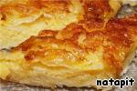 Достать пирог и сразу вылить на него холодный сироп, остудить нарезать на кусочки.   Очень вкусно сервировать с шариком пломбира!