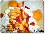Теперь сверху посыпем разрыхлителем для теста, добавим яйца, персик помоем, вытрем, удалим косточку и нарежем на кусочки, ложкой перемешаем смесь