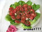 Cut tomatoes into slices 0.5 cm, are placed on the eggplant, sprinkle with chopped greens, decorated with lettuce leaves. Ready.