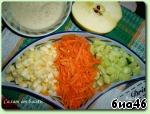 Очистим от шкурки яблоко, морковь и огурец, а яблоко и от серединки, Яблоко и огурец порежем кубиками, а морковь потрём на крупной тёрке.   Выкладываем в салатник.