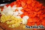 Carrots clean and cut into triangles. Onion peel, cut in half rings. Peel the ginger, finely chop.