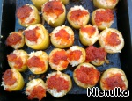Spread in a baking dish. Remaining in the pan with vegetable oil, fill the peppers and put in oven. Bake until ready.