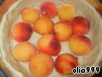 Наше тесто уже охладилось, дастаем его и вилочкой аккуратненько накалываем.  Выкладываем половинки персиков. Персики можно заменить нектарином, абрикосом или сливой.